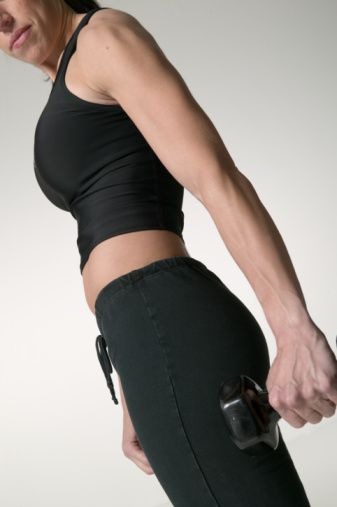 30'LU YAŞLAR  35 yaşından itibaren vücudunuzun doğal zindeliği düşüşe geçiyor, metabolizma hızı yüzde beş oranında düşüyor. Bu da 20'li yaşlarda olduğundan daha zor kilo vermek anlamına gelir. 35 yaşındayken, günlük olarak 25 yaşa göre minimum 120 kalori daha az tüketmeniz gerekir. Ayrıca, özellikle kas kaybının en çok yaşandığı bölge olan, vücudunuzun alt kısımlarını çalıştırmanız gerekir. 30'lu yaşların başlarında, kemiklerinizin ucunda bulunan kıkırdak dokuları aşınma belirtileri gösterir ve vücudunuz esnekliğini biraz kaybeder.   Hata 1: Spor yapmak için vaktiniz olmadığını düşünmek  Çözüm: Evlilik veya kariyeriniz gibi sebepler yüzünden 30'lu yaşlarda zaman önem kazanır. Kas yapısını bu yaşlarda korumak çok önemlidir çünkü kaslar, kilo almayı engeller ve ayrıca bu yaşlarda başlayan kas kaybına karşı mücadele verir.  Hata 2: Hep aynı egzersizi yapmak  Çözüm: Hep alıştığınız tarzda egzersiz yaparsanız kas dengesizlikleri oluşabilir. Bu da vücudunuzda genel bir güçsüzlük hissetmenize sebep olur. Ayrıca duruş bozuklukları yaşayabilirsiniz. Bu nedenle daha çok denge egzersizlerine ağırlık vermelisiniz. Kasılmaları engellemek İçin en azından beş-on dakika ısınma egzersizleri yaparak, kaslarınızı spora hazır hale getirmelisiniz.